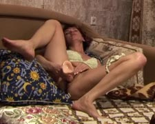 milf enjoys a dildo